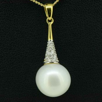 18Ct Yellow Gold White South Sea Pearl Pendant Set With Diamonds