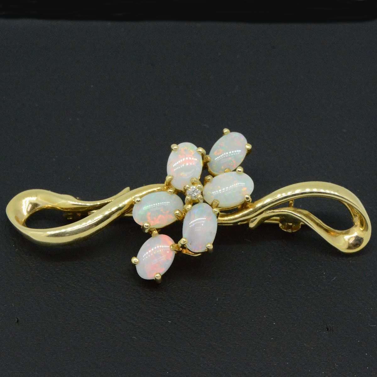 18ct yellow gold brooch with diamond