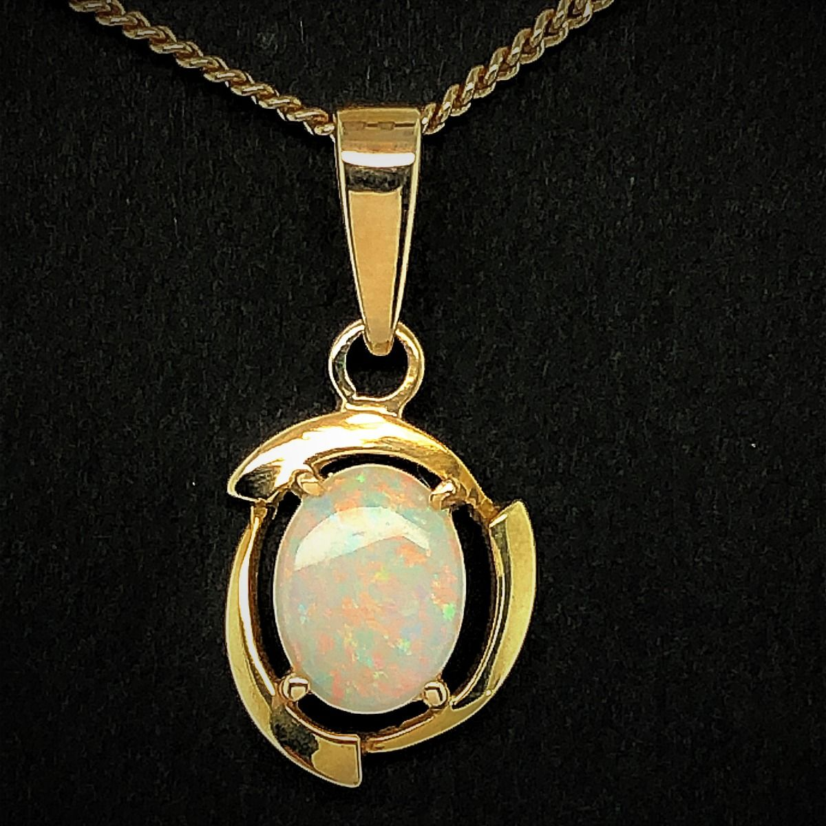 18ct gold solid opal pendant (8mmx6)