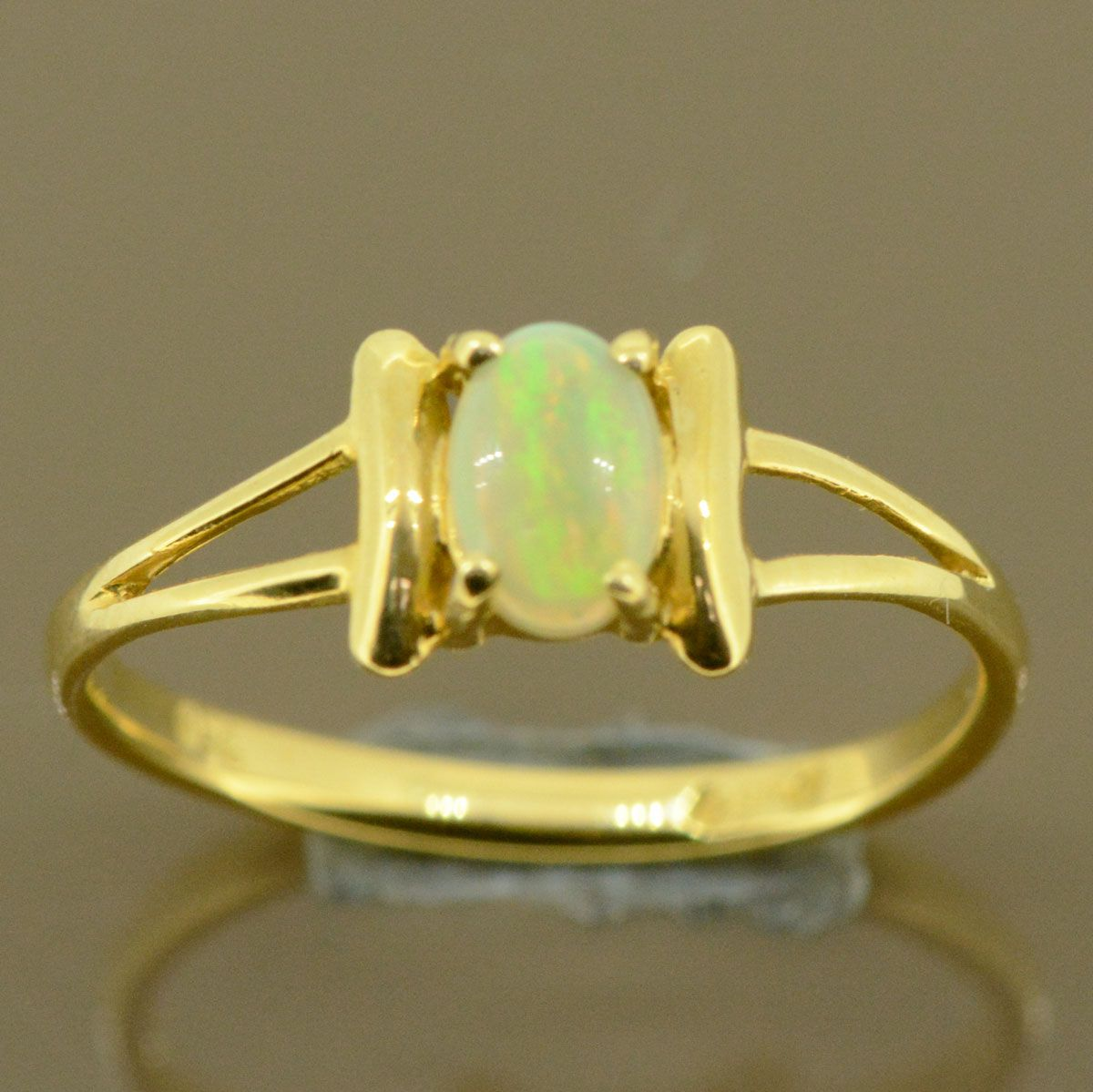 18ct Ladies Opal ring